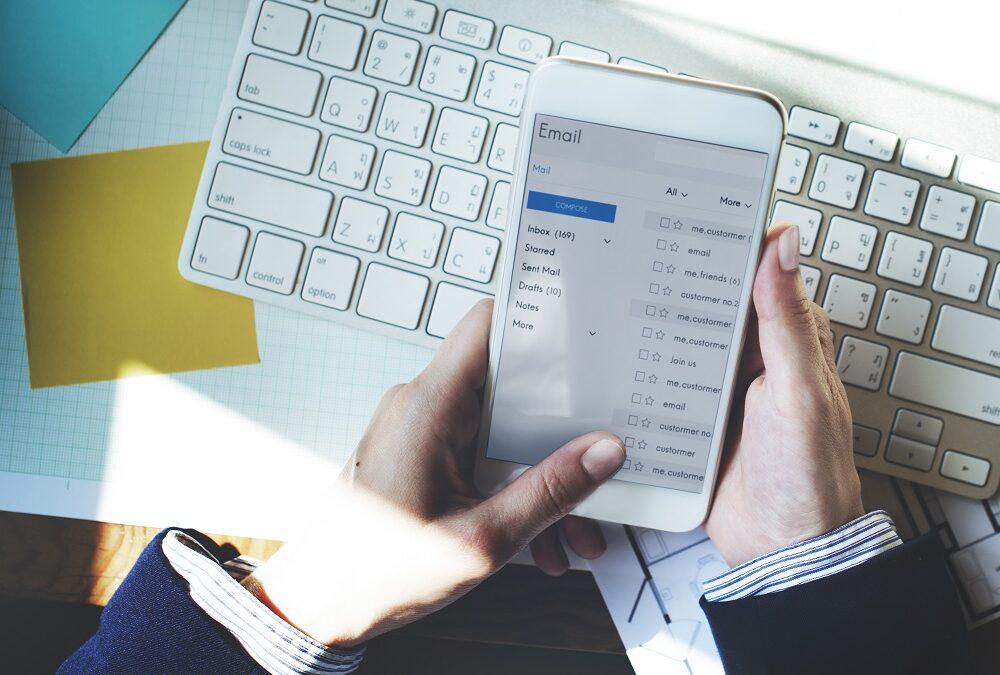 ¿Puede mi jefe acceder a mi mail personal instalado en el ordenador de mi trabajo?